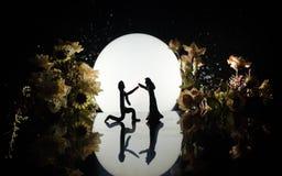 Sylwetki zabawkarski para taniec pod księżyc przy nocą Postacie mężczyzna i kobieta w miłości tanczy przy blaskiem księżyca Obrazy Royalty Free