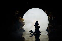 Sylwetki zabawkarski para taniec pod księżyc przy nocą Postacie mężczyzna i kobieta w miłości tanczy przy blaskiem księżyca Zdjęcie Royalty Free