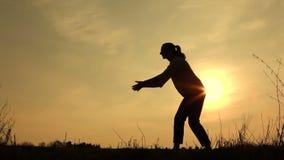 Sylwetkowa huśtawka, uściśnięcia i miłość, zdjęcie wideo