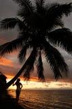 Sylwetkowa młoda kobieta drzewkiem palmowym na plaży, Vanua Levu Zdjęcie Royalty Free