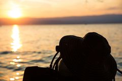 Sylwetkowy akwalungu pikowania zbiornik, żebra i lato kapelusz przy zmierzchem obraz royalty free