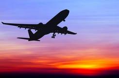 Sylwetkowy handlowy samolotowy latanie fotografia royalty free