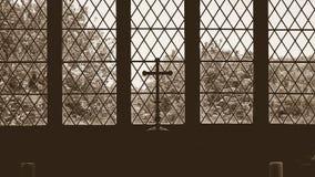 Sylwetkowy ołtarza krzyż w Starym kościół Zdjęcie Stock