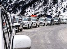 Symétrie de voiture dans la neige photo stock