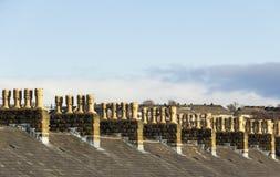 Symétrie en terrasse de cheminée de toit de maison photographie stock libre de droits