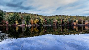 Symétrie naturelle au lac Kanawauke photos stock