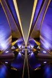 Symétrie sous le pont de survol photos stock