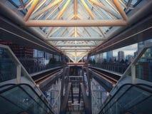 Symétrie urbaine à la station de Metrotown, Vancouver photographie stock