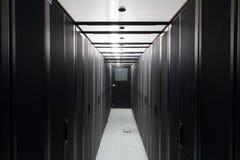 Symétriquement supports de télécommunication dans le couloir. Image libre de droits