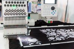 Symaskin i arbete, textiltyg, inget royaltyfri fotografi