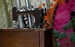 Symaskin i skuggor av marknadsSt i Ballard Arkivbilder