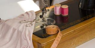Symaskin och objekt av klädmaterial royaltyfri foto