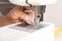 Symaskin som förbereder sig för att anpassa royaltyfri fotografi
