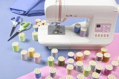 Symaskinen och den färgrika tråden rullar för att sy på signal två royaltyfri fotografi