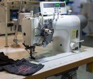 Symaskinen och torkduken i klipp shoppar, inget arkivfoton