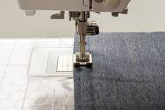 Symaskinen syr grov bomullstvilltyg Fotografering för Bildbyråer