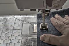 Symaskinen syr grov bomullstvilltyg Royaltyfri Fotografi