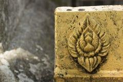 Symble Impressum Lotuss auf schmutzigem Goldmörser Stockfotografie