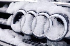 Symbol Audi A6 för märke för emblem för Ryssland Kemerovo 2018-12-23 closeupmetall med fyra cirklar som täckas med fluffig snö Be royaltyfri foto