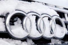 Symbol Audi A6 för märke för emblem för Ryssland Kemerovo 2018-12-23 closeupmetall med fyra cirklar som täckas med fluffig snö Be royaltyfria foton