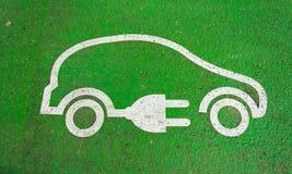 Symbol auf der Pflasterung einer Elektroautoaufladung stockbild