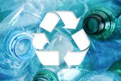 Symbol av återanvändning och plast- flaskor arkivbild