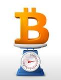 Symbol av bitcoin som förläggas på vägningsvåg Arkivfoton