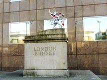 Symbol av den London bron nära ingången till bron Arkivbild