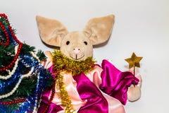 Symbol av 2019, ett leksaksvin bredvid en elegant julgran på en ljus bakgrund fotografering för bildbyråer