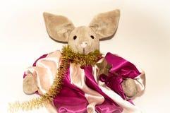 Symbol av 2019, ett leksaksvin bredvid en elegant julgran på en ljus bakgrund arkivfoton