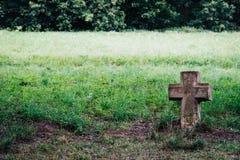 Symbol av ett mycket gammalt kors av en kristen religion i en jordning royaltyfria foton