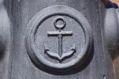 Symbol av havsankaret på betongen Symbol av sjömän Arkivfoton