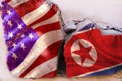 Symbol av krisförbindelse mellan länder Fyrkantigt journalträ med flaggor av USA och den nordkoreanska republiken royaltyfria foton