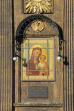 Symbol av modern av guden med barnet Jesus på väggen av den Kazan domkyrkan St Petersburg fotografering för bildbyråer