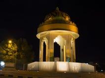 Symbol av Nizwa huvudstad av islamisk kultur i natten royaltyfria foton