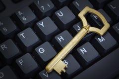 Symbol bezpieczeństwo komputerowe klucz na klawiaturze. Fotografia Stock