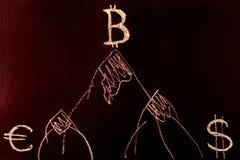 Symbol Bitcoin na górze góry dolara i euro przy stopą góra, Symbol przyrost E i przywódctwo Zdjęcie Royalty Free
