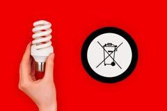 Symbol Cfl för ljus kula och för avfallfack arkivfoto