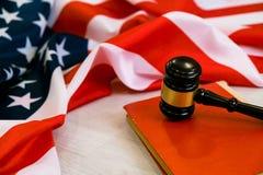 symbol 3D på vitbakgrund bedömer det lagliga begreppet för USA, träauktionsklubban, och den lagliga boken med USA sjunker Arkivbilder