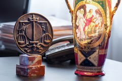 Symbol der Bestellung mit Rechtsanwälten und alter Lampe lizenzfreie stockbilder