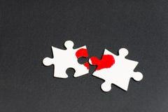 Symbol der Liebe Herz gezeichnet auf zwei Puzzlespiele stockbilder
