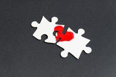 Symbol der Liebe Herz gezeichnet auf zwei Puzzlespiele lizenzfreies stockfoto
