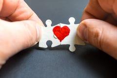 Symbol der Liebe Herz gezeichnet auf zwei Puzzlespiele stockfotos