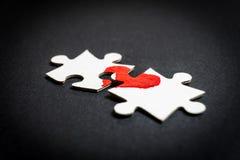 Symbol der Liebe Herz gezeichnet auf zwei Puzzlespiele lizenzfreie stockbilder