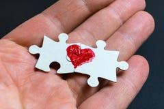 Symbol der Liebe Herz gezeichnet auf zwei Puzzlespiele lizenzfreie stockfotos