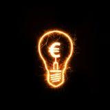 Symbol des Euros innerhalb einer funkelnden Birne Stockbild