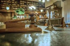 Symbol des Gesetzes und der Gerechtigkeit in der Bibliothek stockfotos