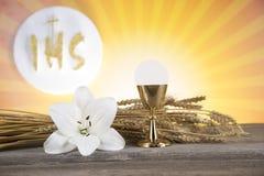 Symbol des heiligen Abendmahl des Brotes und des Weins, des Messkelches und des Wirtes, erster comm stockfoto