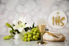 Symbol des heiligen Abendmahl des Brotes und des Weins, des Messkelches und des Wirtes, erster comm lizenzfreie stockfotografie