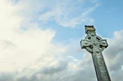 Symbol des keltischen Kreuzes im Himmel Stockbild